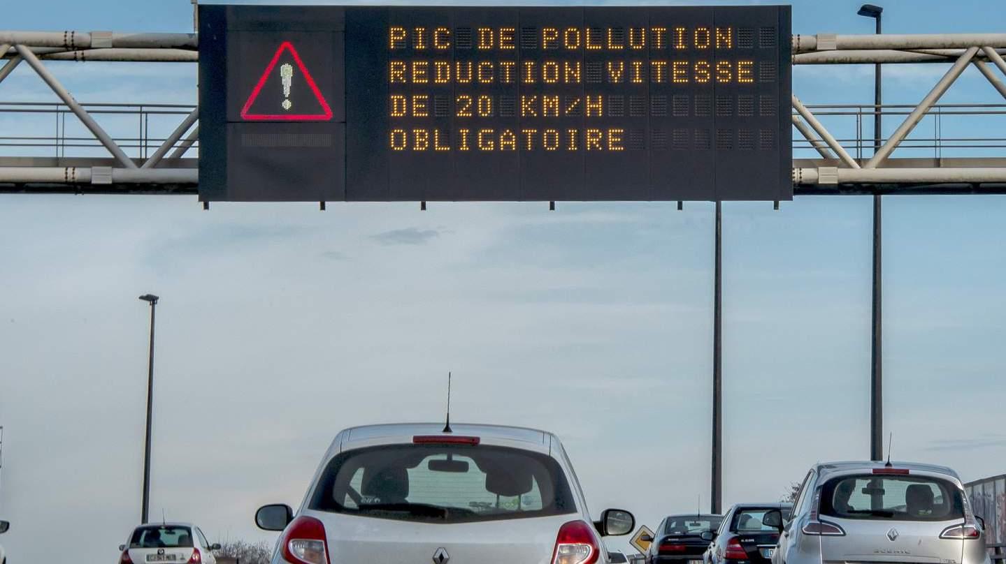 des-voitures-sur-le-peripherique-de-lille-sont-pries-de-ralentir-en-raison-d-un-pic-de-pollution-le-8-decembre-2016